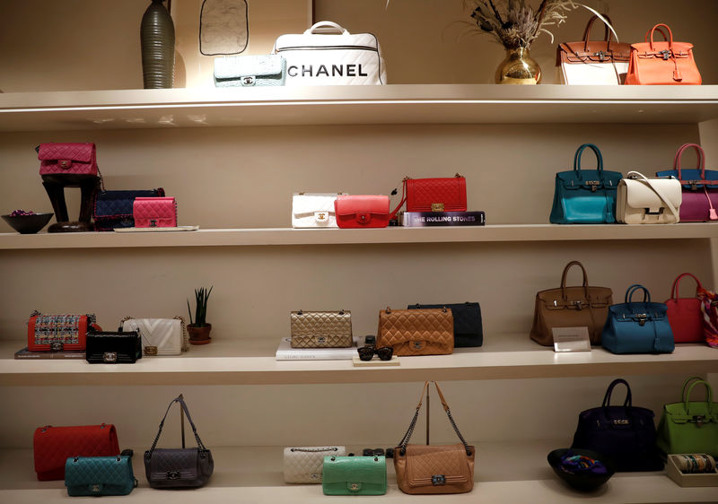 © Reuters. FILE PHOTO:  Luxury handbags for sale are displayed at The RealReal shop, a seven-year-old online reseller of luxury items on consignment in the Soho section of Manhattan, in New York City
